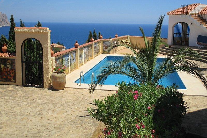 Der Poolbereich,links die Tür und der Zugang zur Wohnung