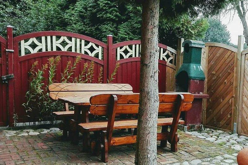 Rustikale Terrasse mit Grill