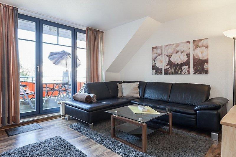 Wohnbereich mit großen Fenstern