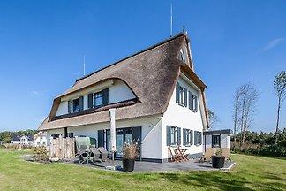 Das Ferienhaus Reet/AM09b in Boltenhagen ist eine großzügige Doppelhaushälfte für bis zu 6 Personen. Es liegt strandnah und hat eine Terrasse in Sü