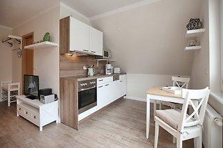 Die 1-Zimmer-Wohnung in der Strandvilla Krabbe mit 30 qm bietet Platz für bis zu 2 Personen. Der Balkon ist nördlich ausgerichtet und bietet Ihnen Teilseeblick.