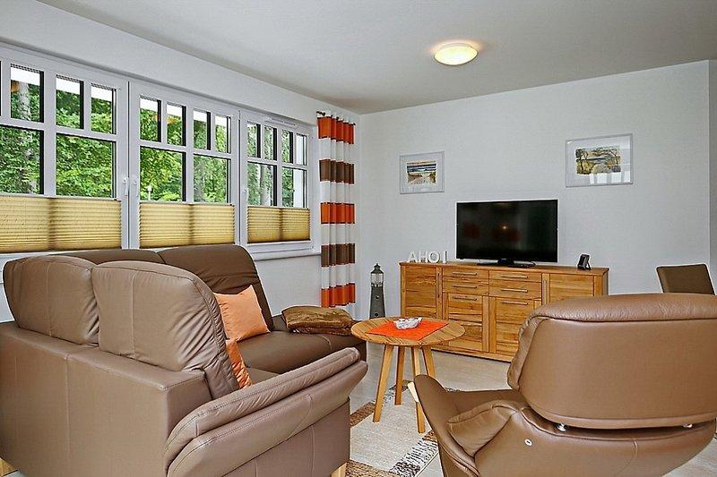 Wohnbereich mit Eckcouch, Sessel und Flachbild-TV