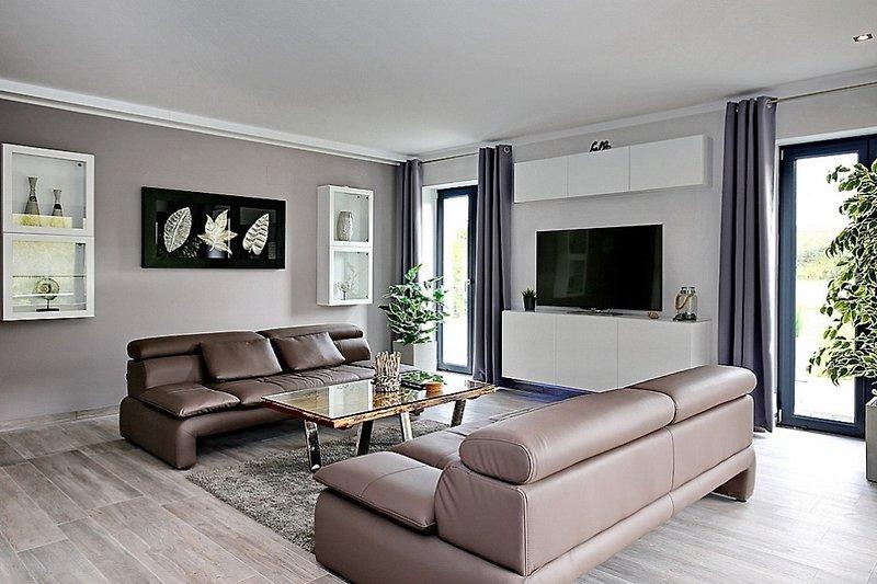 Wohnbereich mit 2 Couchen und Flachbild-TV