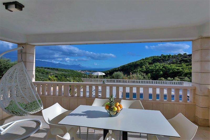 Pool und Terrasse mit Panorama Meerblick