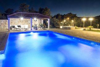 Luksuzni apartman sa bazenom u blizini mora