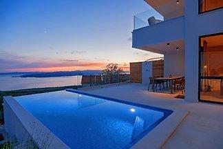 ** Nuovo, elegante villa con piscina **