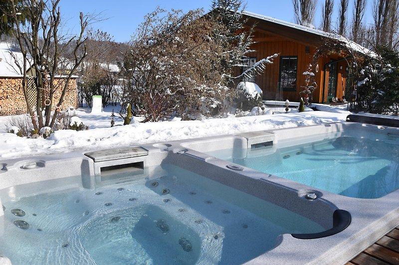 Pool mit Gegenstromanlage und Whirlbecken (ganzjährig sehr warm)