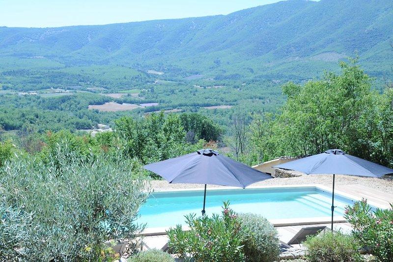 Blick vom Pool auf den Grand Luberon