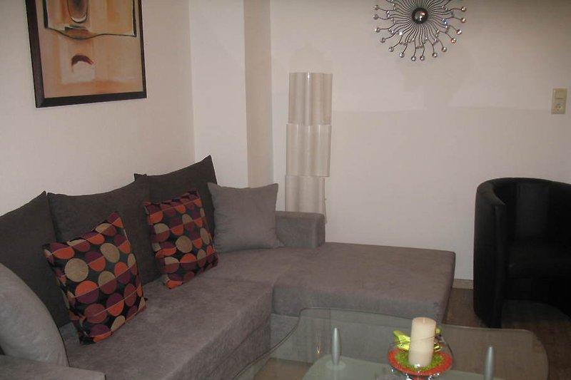 Couch und zwei Sessel im Wohnzimmer