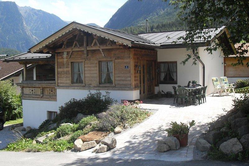 Vorderseite des Hauses mit Terrassen, Balkon und privatem fussbodengeheiztem Wellnessbereich