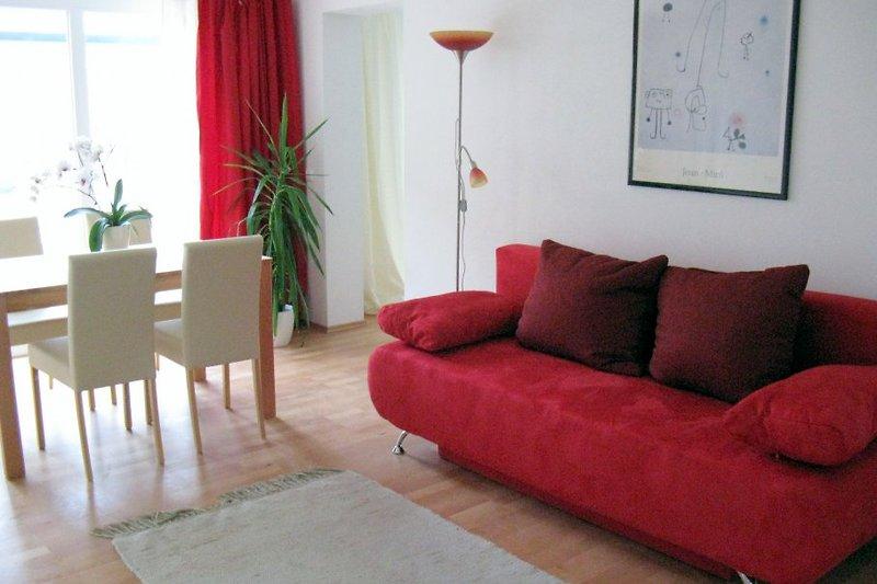 Lichtdurchflutetes, sonniges Wohnzimmer