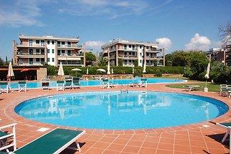 Zweizimmerwohnung mit großer Terrasse, Parkplatz und Pool; 450 Meter zum Strand.