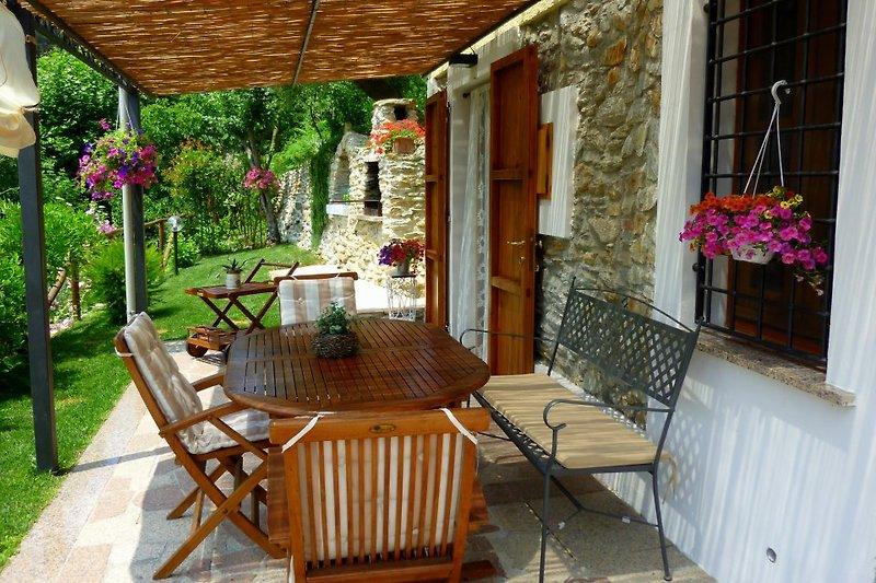 Terrasse für Mahlzeiten im Freien und Grill