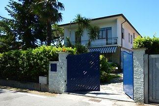 Schöne Villa mit Garten in Forte dei Marmi , Versilia, 400 mt vom Meer, kostenloses WLAN, Klimaanlage TV SAT, Ideal für  Lage, auch in der Hauptsaison.