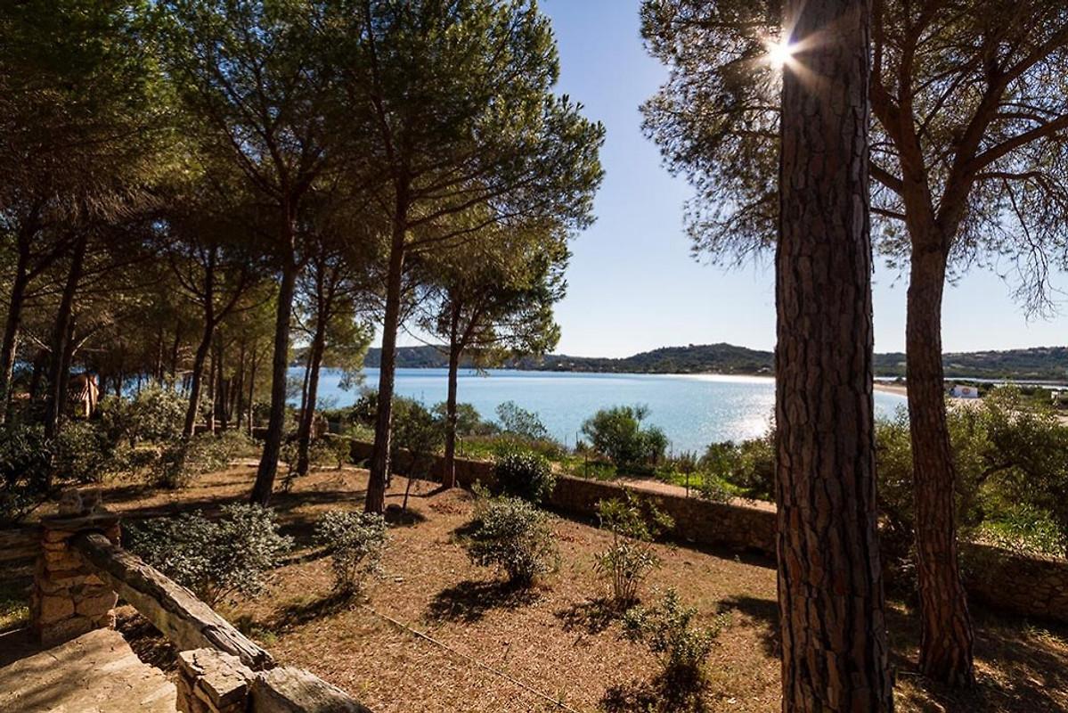 Villa sul mare con giardino privato in porto taverna azienda frau m meloni - Casa vacanza con giardino privato liguria ...