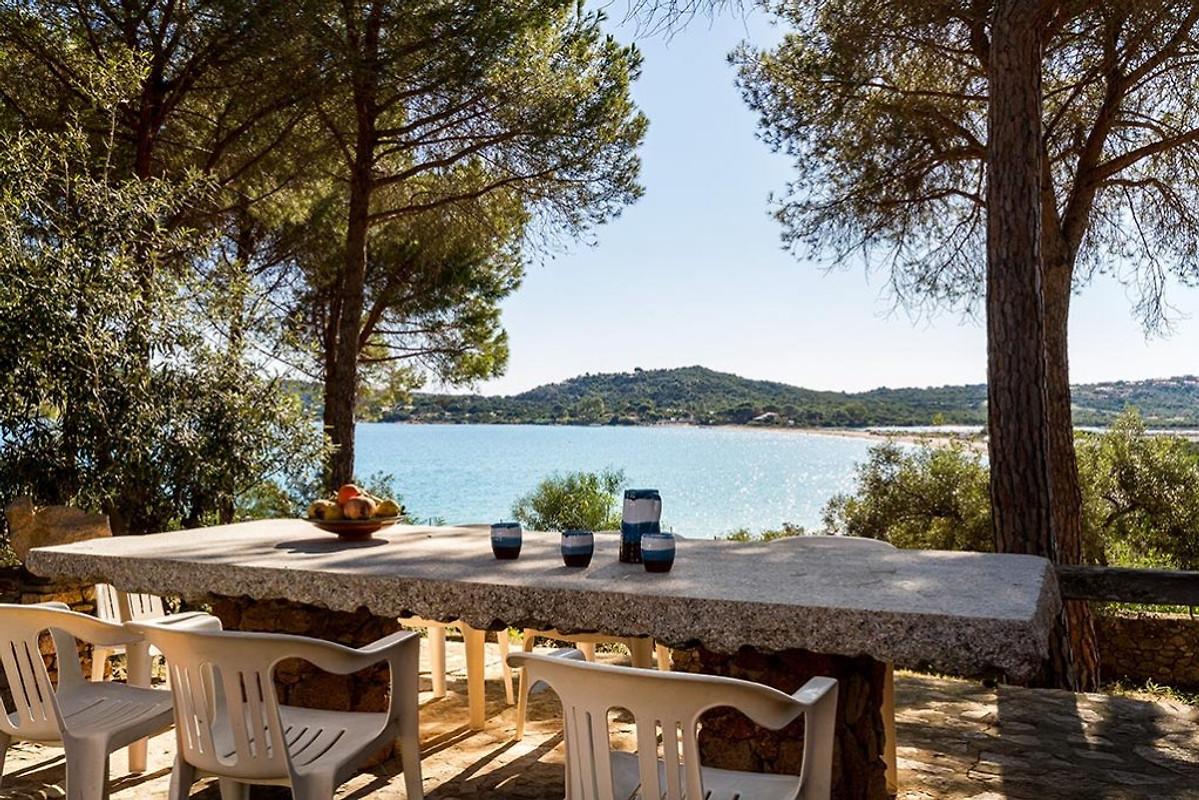 Villa sul mare con giardino privato in porto taverna - Casa vacanza con giardino privato liguria ...