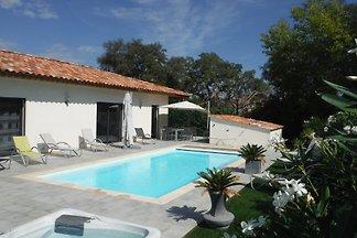 Villa mit beheiztem Pool und Jacuzi