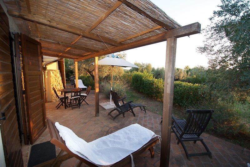 Terrasse mit BBQ und Gartenmöbeln