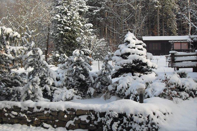 Hier herrscht Winterstimmung um das romantische Jagdhäuschen