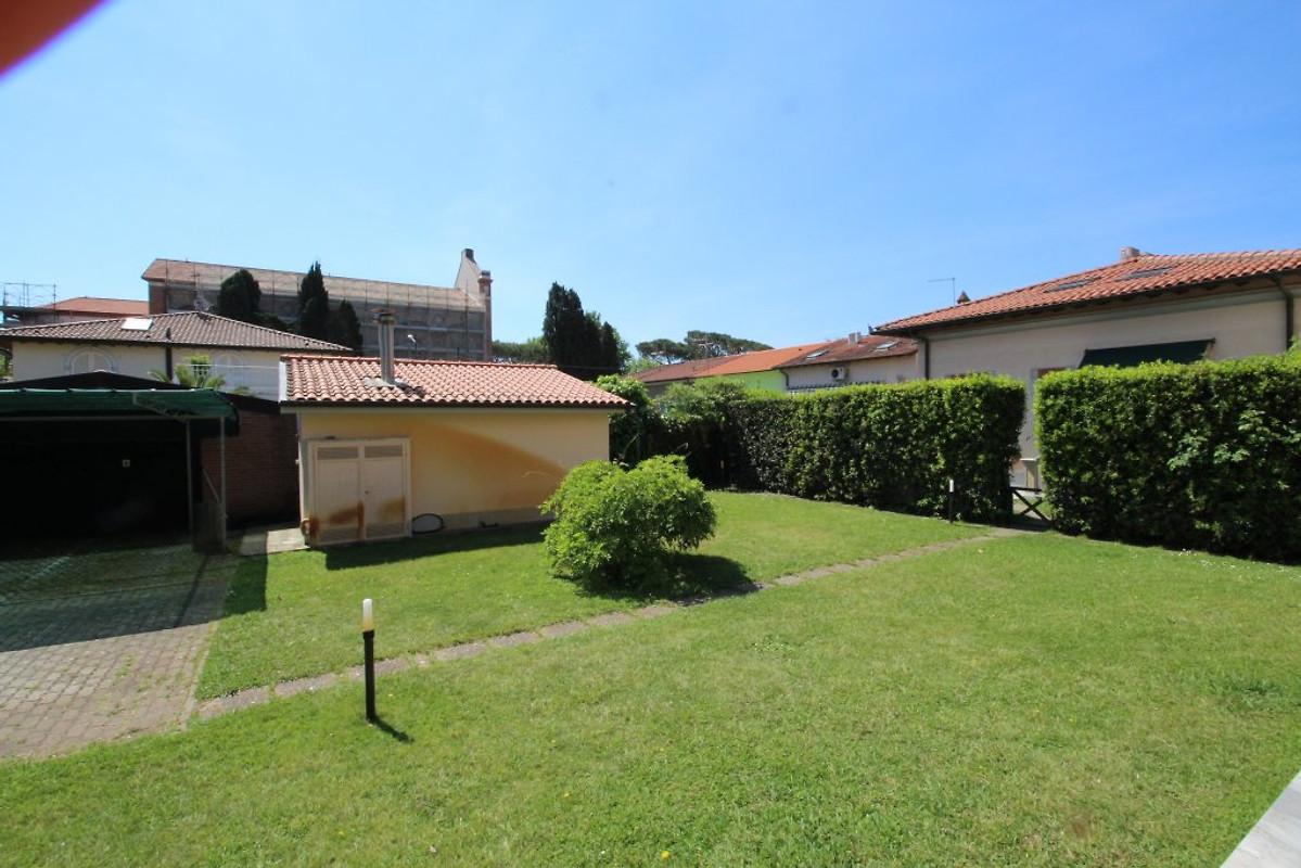 Villino azzurro casa vacanze in marina di pietrasanta - Giardino condominiale ...