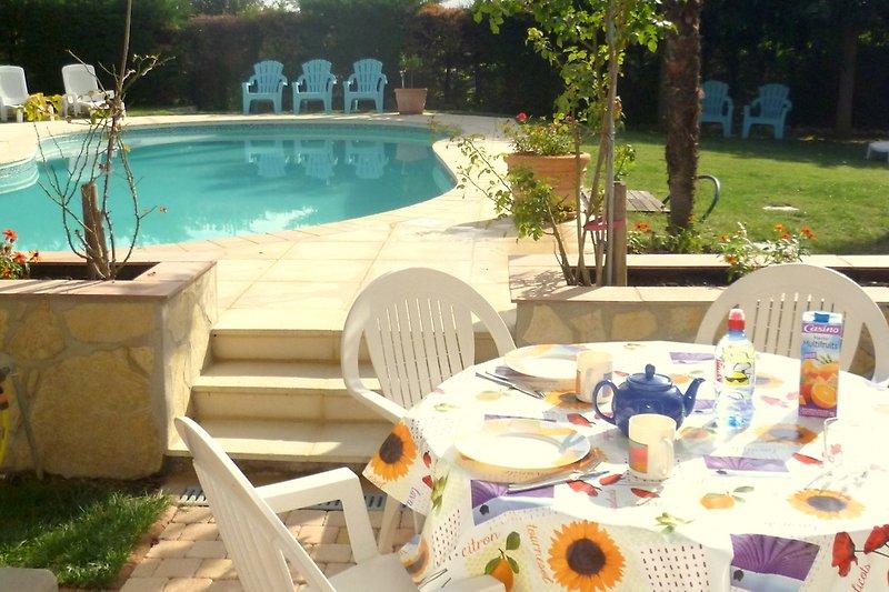 Terras Appartement B met uitzicht op het zwembad
