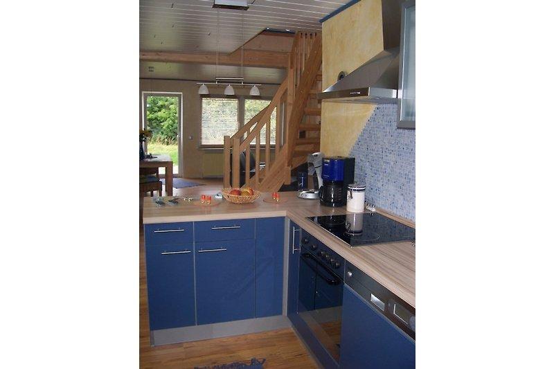 Küche mit Blick auf den Wohnbereich