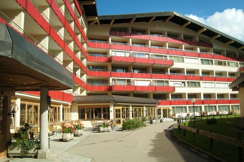 Hoteleingang / Balkonseite