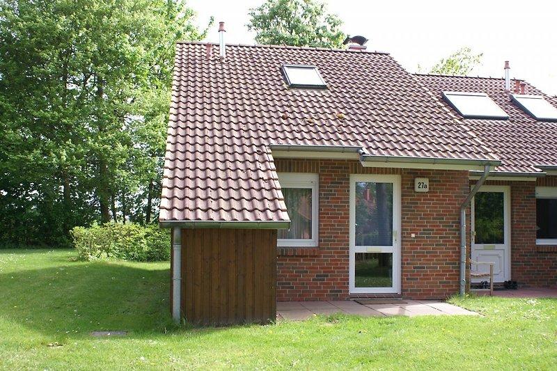 Das Haus ist von Grün umgeben
