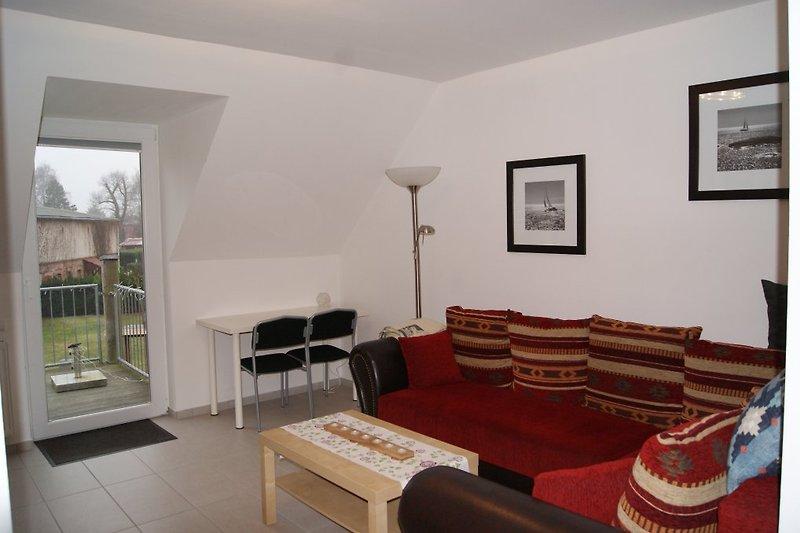 Wohnzimmer mit Fernseher, Stereoanlage , Blurayplayer, Balkon