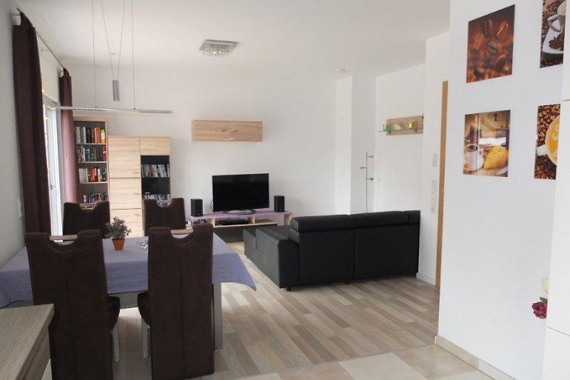 Blick auf den Esstisch und den Wohnraum