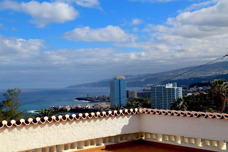 Blick auf Puerto de la Cruz von der 80 qm großen Dachterasse!