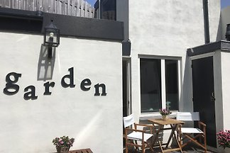 This modern two-room cottage for 2 people. (With private entrance) is located in a quiet street in the center of Zandvoort. The cozy house has recently been refurbished.