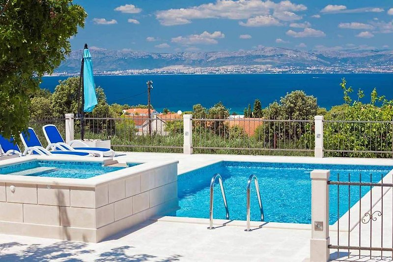 Villa Kyra - Pool with far reaching views