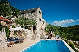 Imposante, rustikale Luxusvilla mit atemberaubendem Blick auf die Adria. 5 Schlafzimmer, 4 Badezimmer, Wlan, Weinkeller, Swimmingpool, Tennisplatz, Terrassen, überdachte Terrasse.
