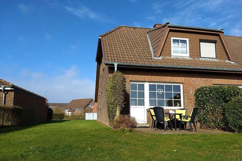 Blick auf das Haus, die Terrasse und in den Garten