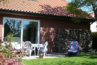 Ferienwohnung (65 m²) bis zu 4 Personen, 2 Schlafzimmer, Wohnzimmer mit TV und Radio, Küchenzeile, Bad mit WC und Dusche, Süd - Terrasse, separater Eingang und Parkplatrz