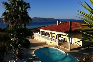 400 meters from the sandy beach. Terraces with stunning sea views, walk to the beach. Large swimming pool rich facilities. Bicycles, kayaks and boat trip.