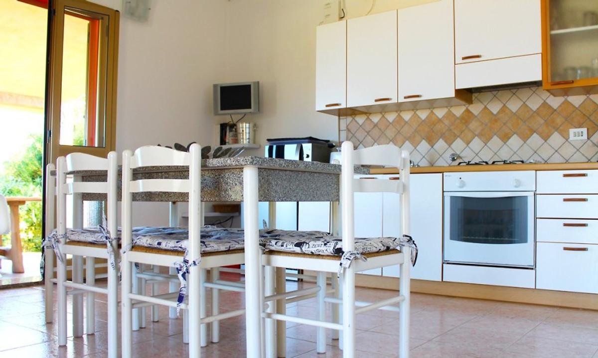 Casa di scivu vakantiehuis in arbus huren - Kitchenette met stoelen ...