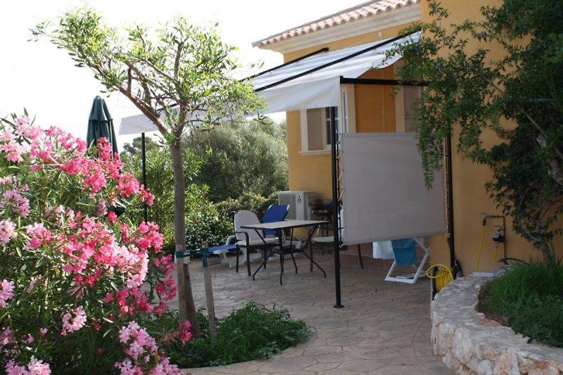 Ferienwohnung Llimonera, für 2 Personen (+ 1Kind), ruhige Lag, Terrasse mit Liegen, Esstisch und Gartengrill, Blick ins Grüne