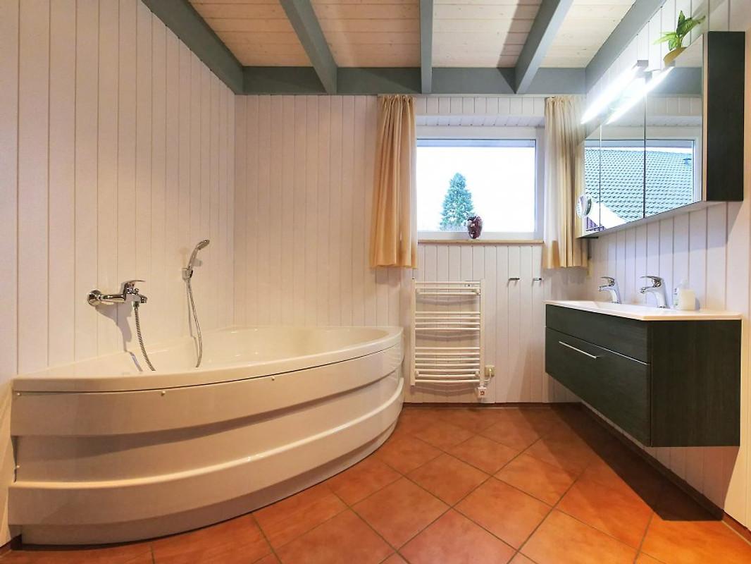 Badezimmer EG, Whirlpool, Dusche, Sauna, WC, Bidet