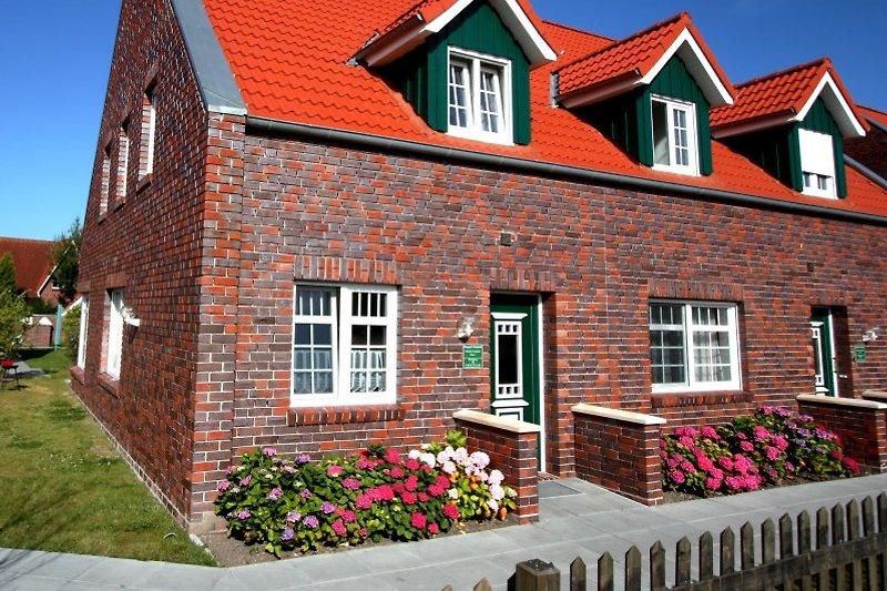 Der Hauseingangsberich, geschmückt mit Hortensien.