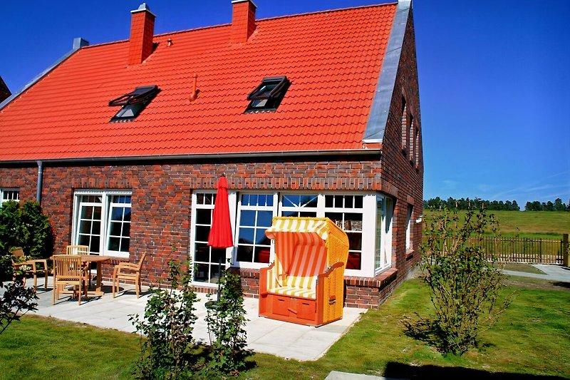 Das Haus von Außen, mit großzügiger Sonnenterrasse.