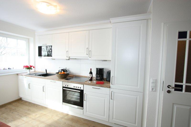 Komplett ausgestattete Landhausküche zur komfortabelen Selbstversorgung.