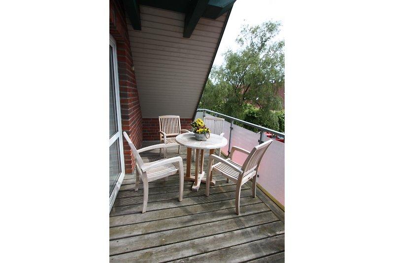 Schöner geschützter  Balkon für einen angenehmen Aufenthalt im Freien.