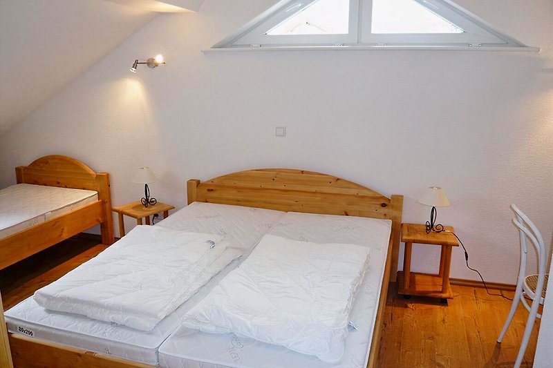 Im Schlafzimmer gibt es ein Doppelbett und ein Einzelbett