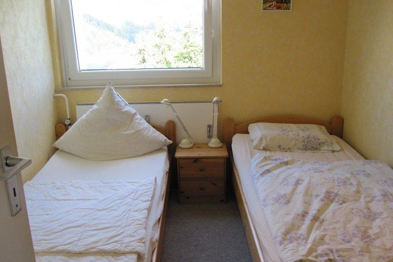 Schlafzimmer mit 2 Einzelbetten und ebenfalls mit Schrank
