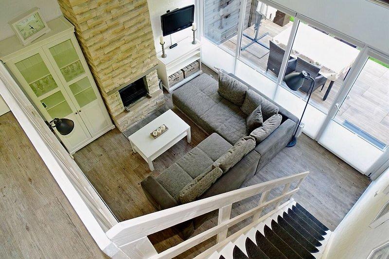 Wohnbereich mit Kamin. Blick von der Galerie