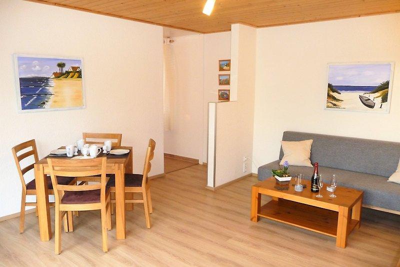 Wohn-/Esszimmer mit Esstisch für 4 Personen