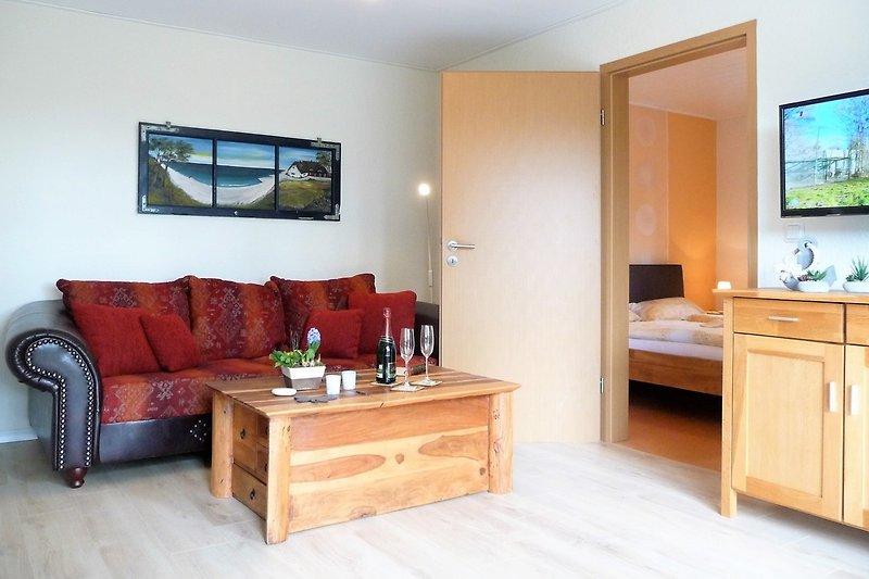 Wohnzimmer mit Truhencouchtisch und Sofa