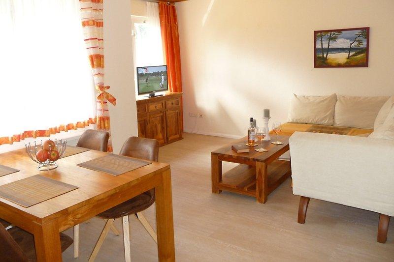 Wohnzimmer  mit Ecksofa & Flat-TV, Esstisch für 4 Personen